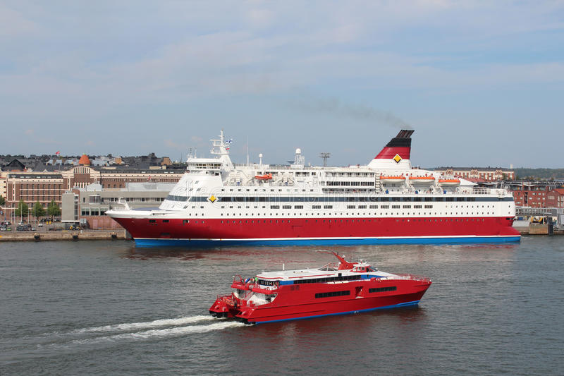 Viking Line Ferry gehen zum Helsinki-Hafen stockbild