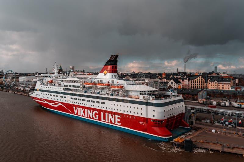 Viking linii MS Gabriella opuszcza port Helsinki na bardzo markotnym wieczór obrazy stock