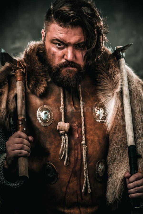 Viking med det kalla vapnet i traditionell kläder för en krigare royaltyfri bild