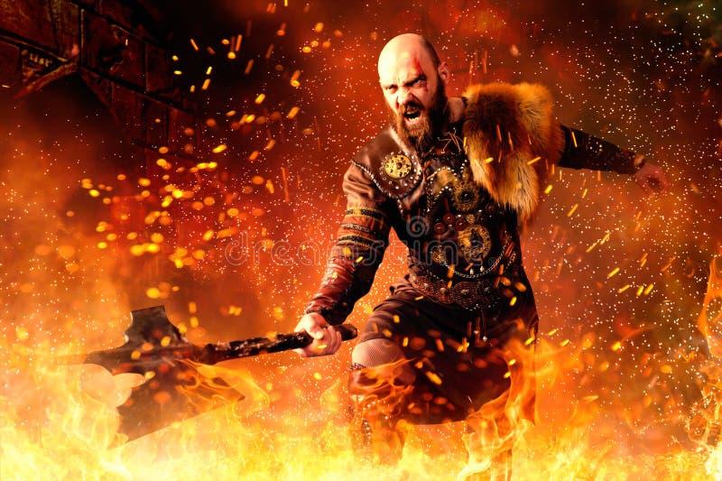 Viking med yxan som står i brand, strid i handling royaltyfria foton