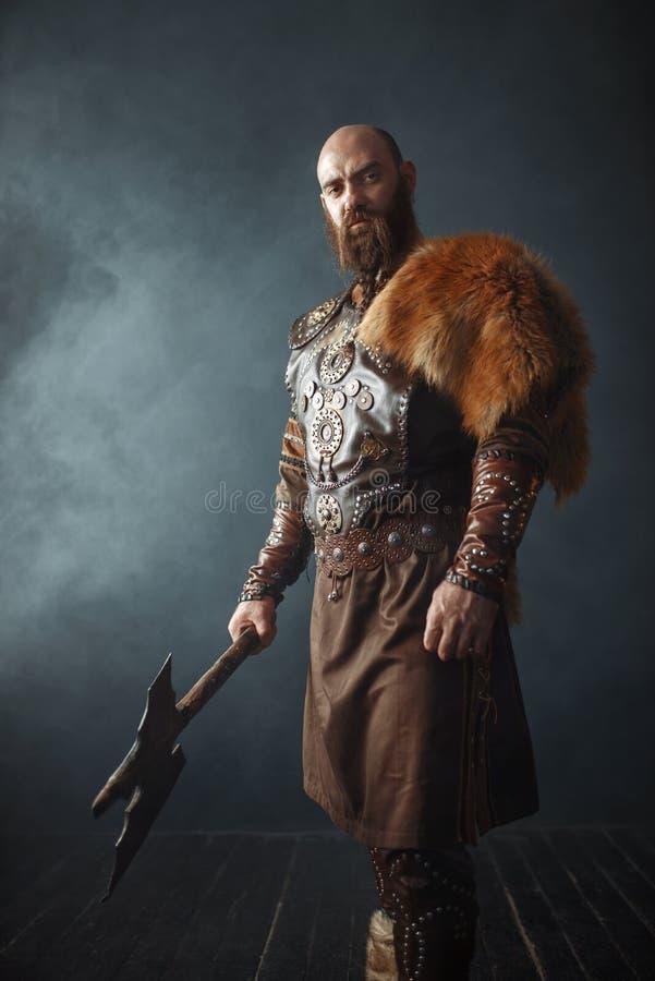 Viking met bijl, barbaars, zijaanzicht stock fotografie