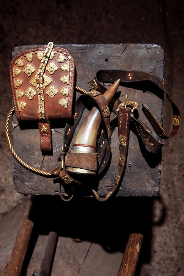 Viking rękojeści wojownika broni stroju ax osłony skóry ogienia hearth torby paska rogu rzemienny ręcznie robiony stary napój obrazy royalty free