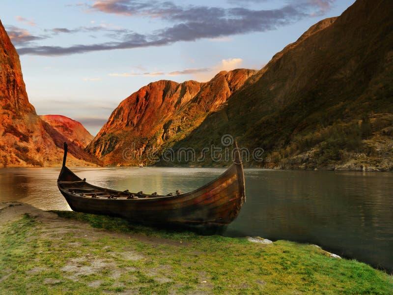Viking Ship Fjord Sunset royalty-vrije stock afbeeldingen