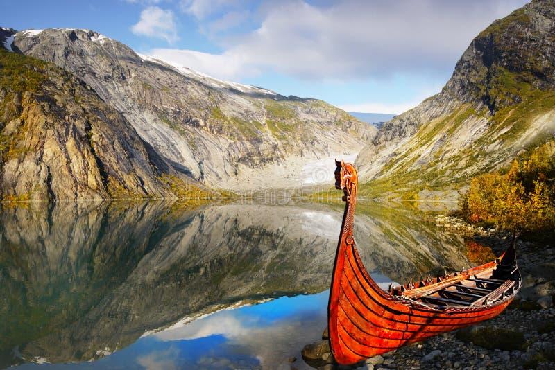 Viking statek, góry jezioro, krajobraz obrazy royalty free