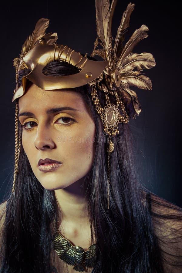 Viking, wojownik kobieta z złoto maską, długie włosy brunetka. Długi h obraz royalty free