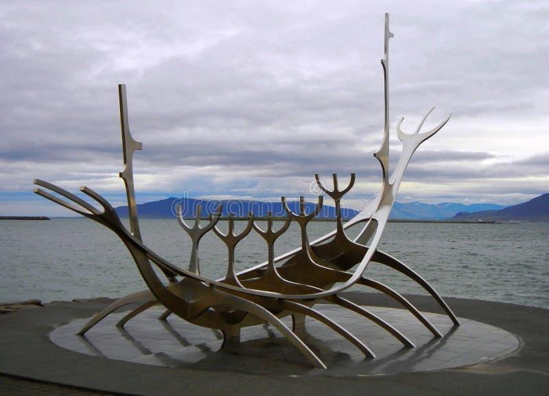 Vikingskeppmonument Solfar solresanden i Reykjavik arkivbild