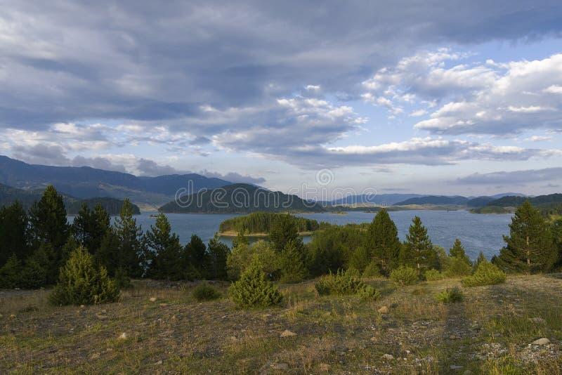 Vikos-Aoos salta lago do ` sob formações da nuvem imagens de stock