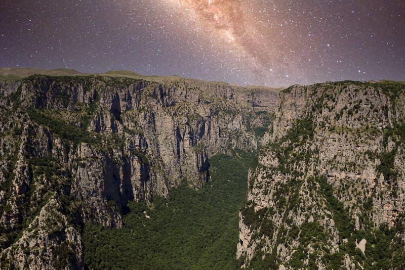 Vikos Gorge na paisagem noturna imagens de stock royalty free