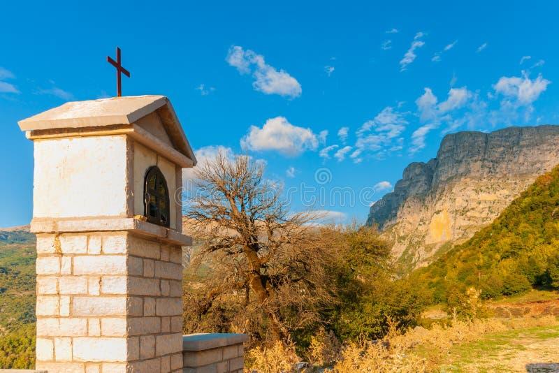Vikos wąwóz z kandilakia pomnikiem w Zagoria, Grecja obrazy royalty free