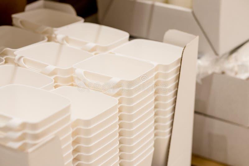 Vikt vit genomskinlig plast- behållare bunt av plast- behållare, askar Säg inte till plasticetext och plasticen arkivbild