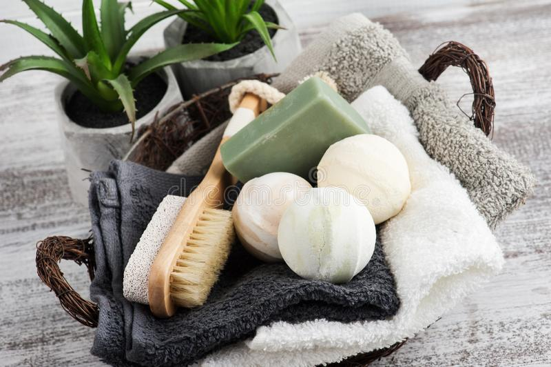 Vikta handdukar i bascket med badet bombarderar fotografering för bildbyråer