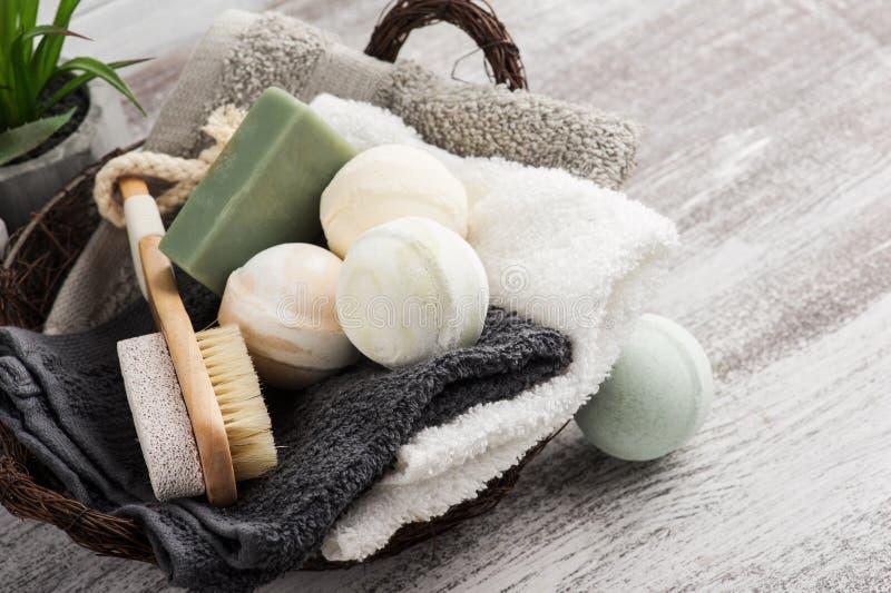 Vikta handdukar i bascket med badet bombarderar arkivbild