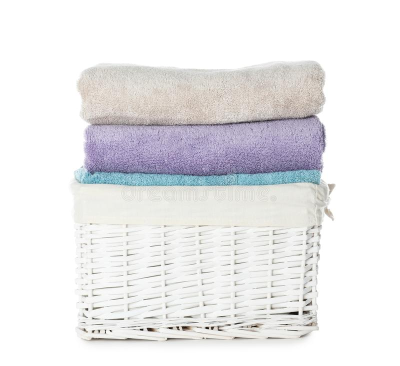 Vikta handdukar i vide- korg p? vit bakgrund royaltyfria bilder