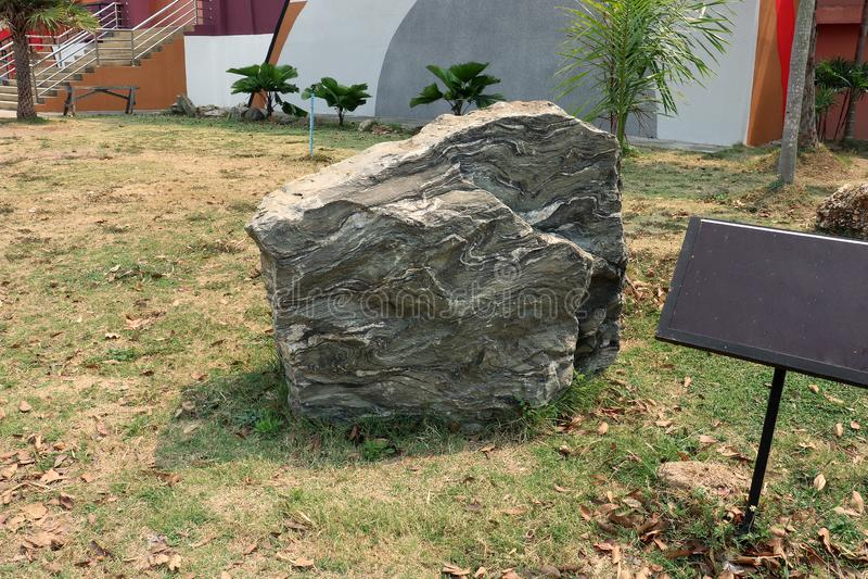 Vikta lager av calc-silikat vaggar en typ av metamorphic vaggar från ett berg, Thailand på jordfältet royaltyfri bild
