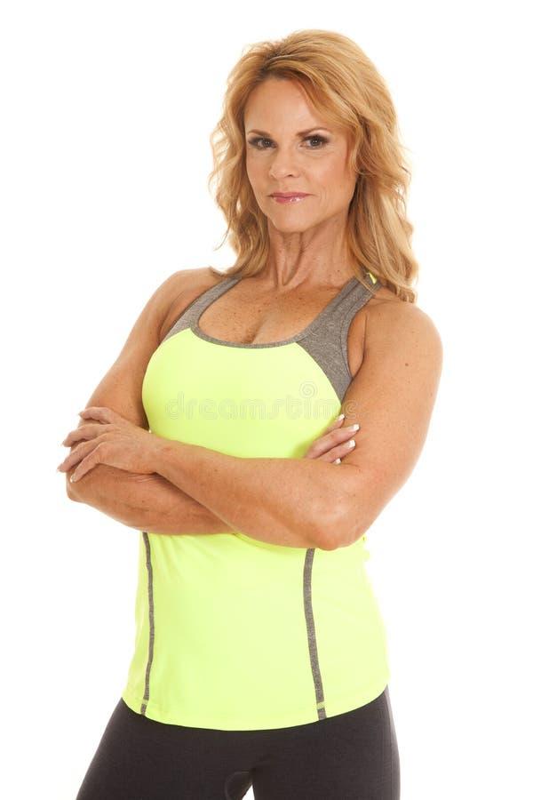 Vikta mogna armar för behållare för kvinnaslutgräsplan royaltyfria foton