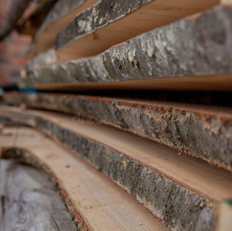 Vikta träplankor i ett sågverk Travde bräden som textur royaltyfri foto