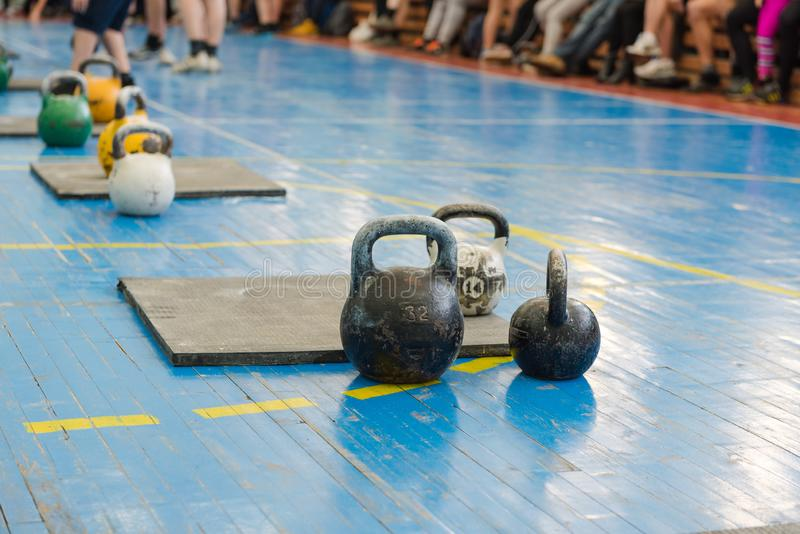 Vikter för sportar Runda vikter för lyftande idrottsman nen weightliftingen Sportar för män arkivbilder