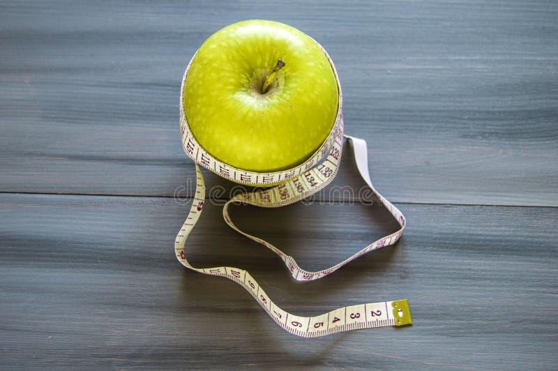 Viktförlust, grönt äpple och bantning, viktförlust med äpplet, fördelar av det gröna äpplet, viktförlust, sunt liv royaltyfri bild