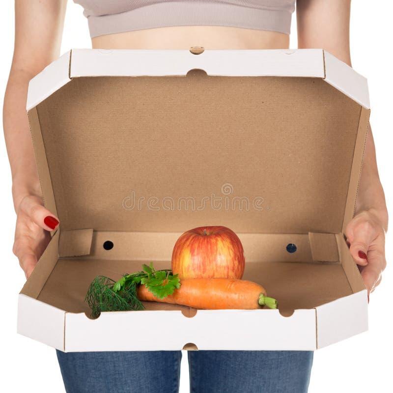 Viktförlust och sunt äta eller banta begrepp Slank flicka med den öppna pizzaasken och rå grönsaker i den arkivfoto
