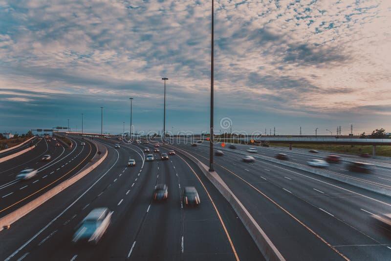 Viktig huvudväg i den tidiga aftonen i Toronto royaltyfri fotografi