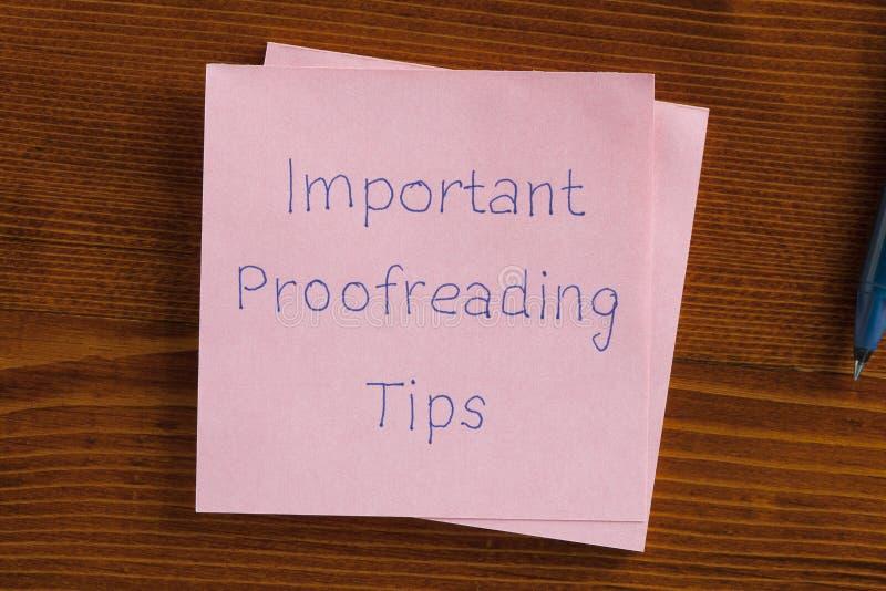 Viktiga korrekturläsa spetsar som är skriftliga på en anmärkning royaltyfria bilder