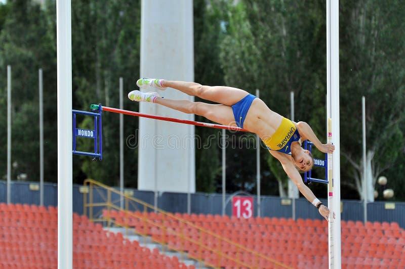 Viktoria Filina sautant avec le poteau photo stock