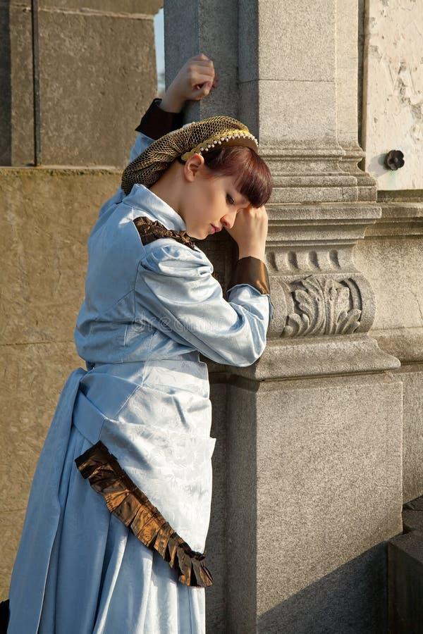 Viktorianische Dame im Friedhof lizenzfreie stockfotos