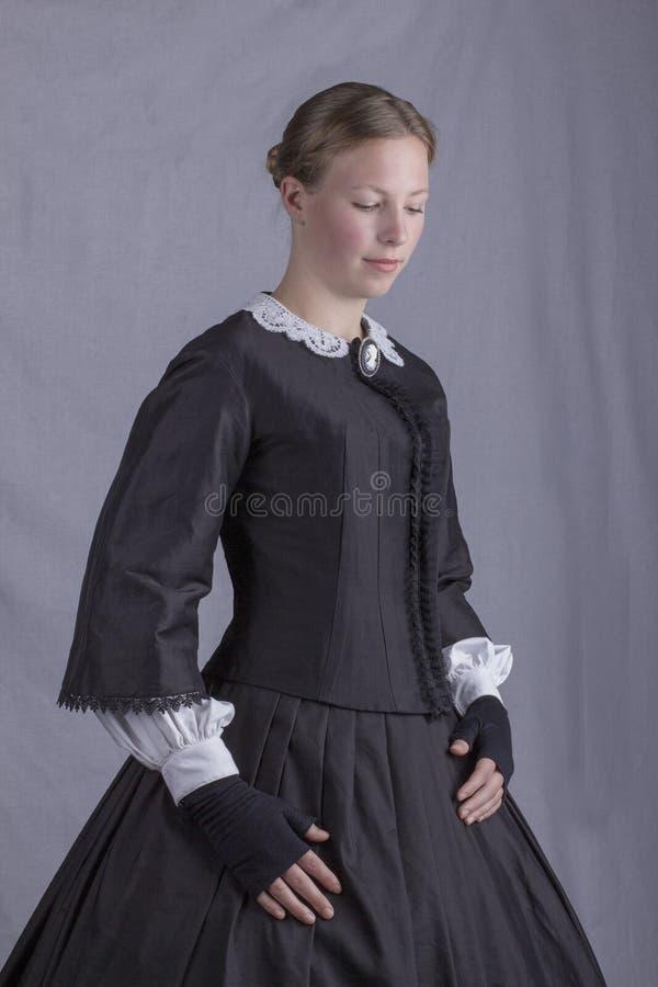 Viktorianische Frau in einem schwarzen Mieder und in einem Rock stockfotos