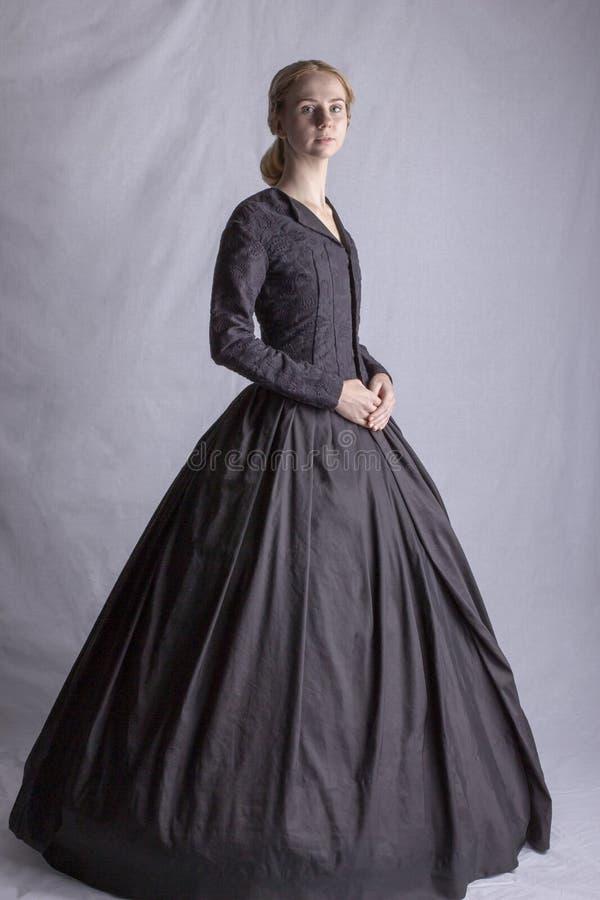 Viktorianische Frau im schwarzen Ensemble stockfoto