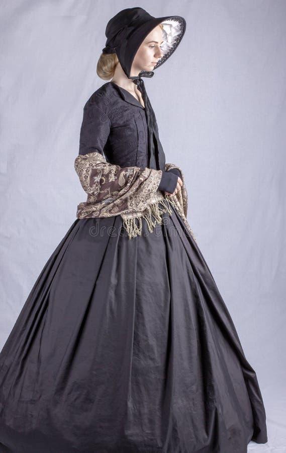 Viktorianische Frau im schwarzen Ensemble lizenzfreies stockbild