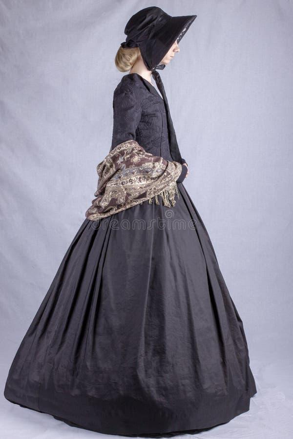 Viktorianische Frau im schwarzen Ensemble lizenzfreies stockfoto