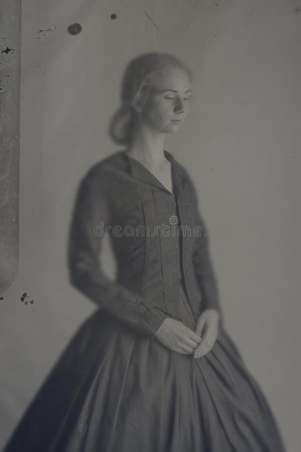 Viktorianische Frau im schwarzen Ensemble Weinlesebildart der nass Platte in der colodian stockfoto