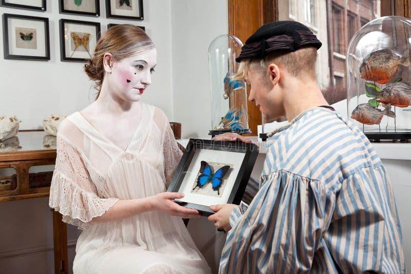 Viktorianische Liebesgeschichteschmetterlinge im Magen lizenzfreie stockbilder