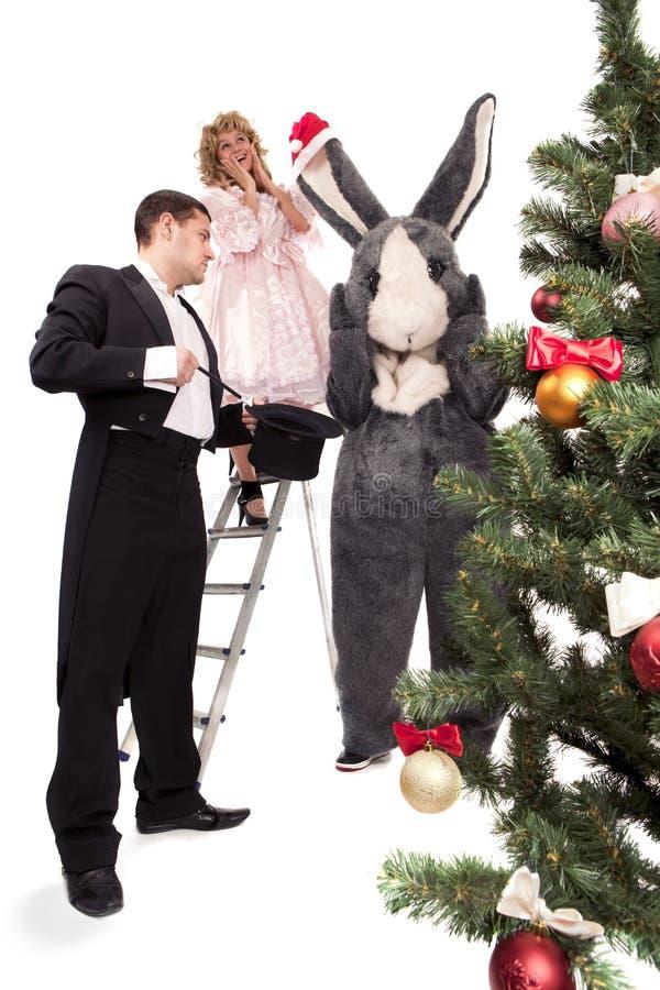 Viktorianische Paare mit Kaninchen nahe einem Weihnachtsbaum stockfotografie