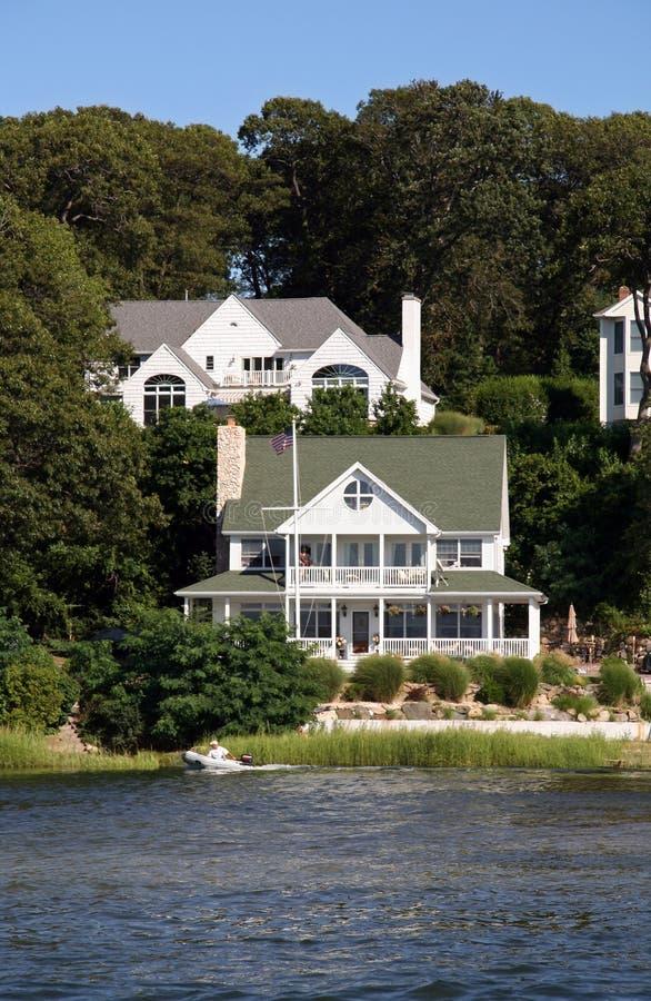 Viktorianisches Haus durch den See stockbild