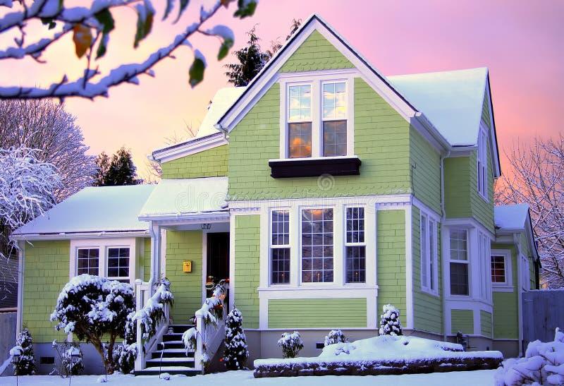 Viktorianisches haus am sonnenaufgang mit schnee stockbild for Viktorianisches haus