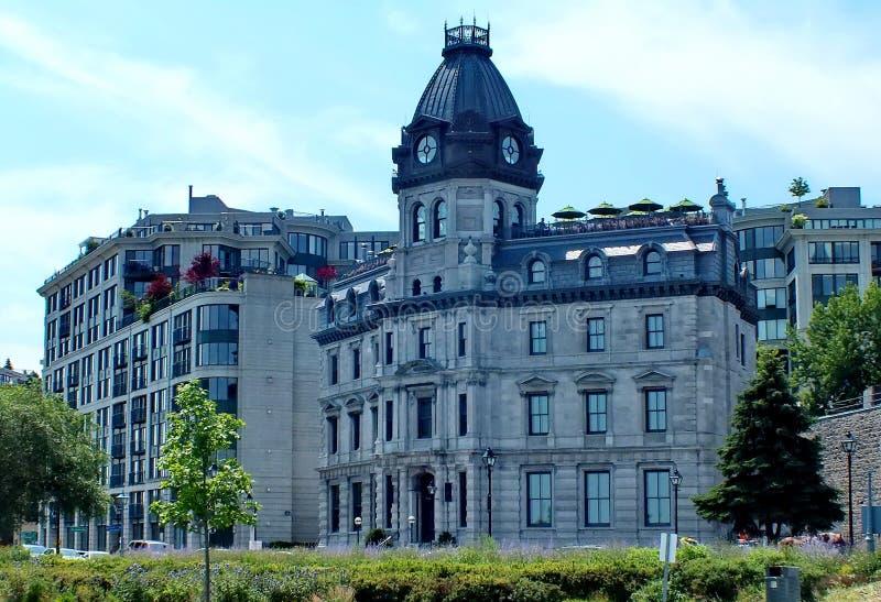 Viktoriansk byggnad med kopparkupolen som inhyste först kontor av kommissionärerna av porten av Montreal royaltyfri bild