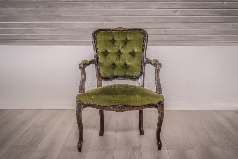 Viktoriansk stol i en vardagsrum arkivfoto