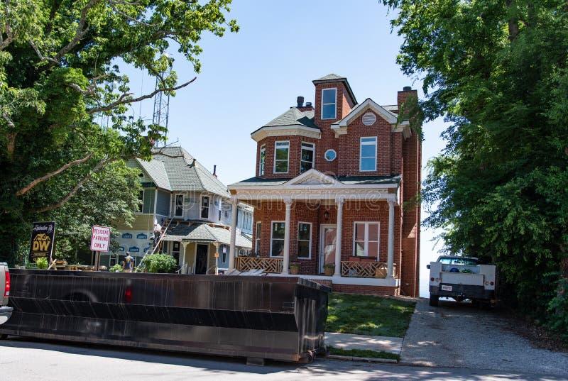 Viktorianska hem överst av utkikberget arkivbild