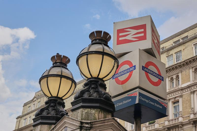 Viktorianska jordklotljus och underjordiskt tecken utanför den Charing Cross drevstationen London royaltyfria bilder