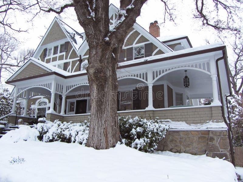 Viktorianskt hem i vinter arkivbilder