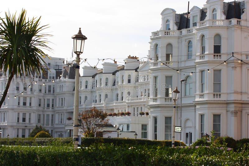 Viktorianskt hotell för sjösida i Eastbourne England arkivbilder