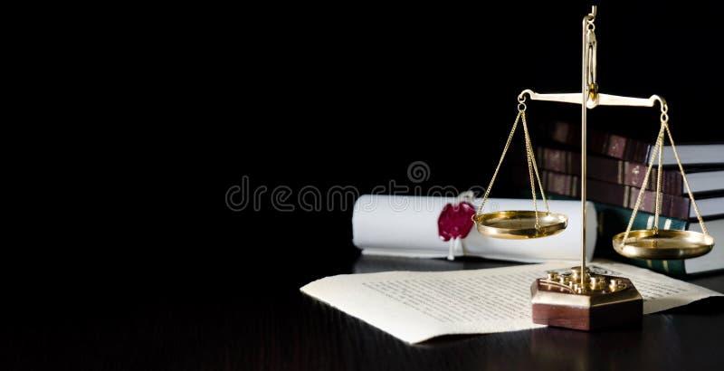 Viktskala i rättssal Rättsligt system fotografering för bildbyråer
