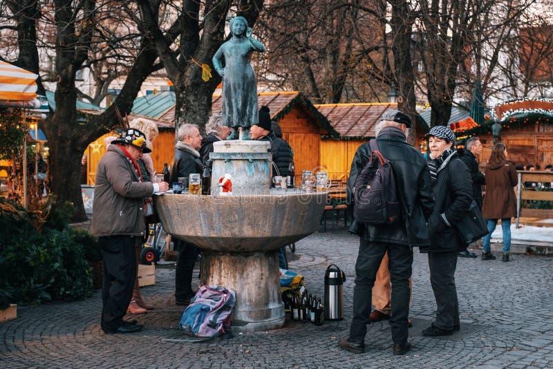 Viktualienmarkt dicht bij Standbeeld Liesl Karlstadt in München royalty-vrije stock foto