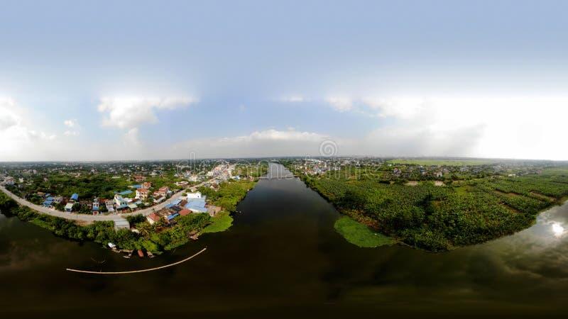 A vila é bonita e terrível pelo rio imagens de stock