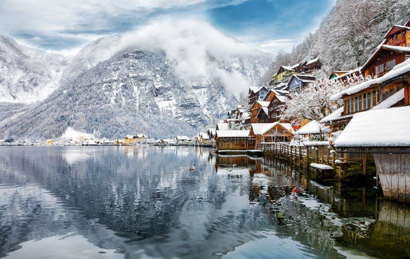 A vila alpina Hallstatt, Áustria imagens de stock