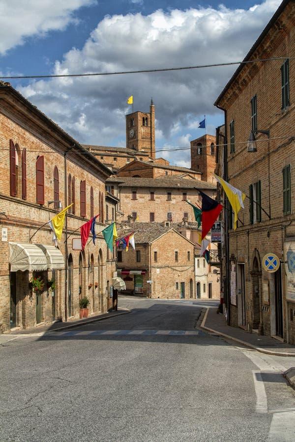 Vila antiga de Sarnano, Itália, Marche Macerata fotografia de stock royalty free