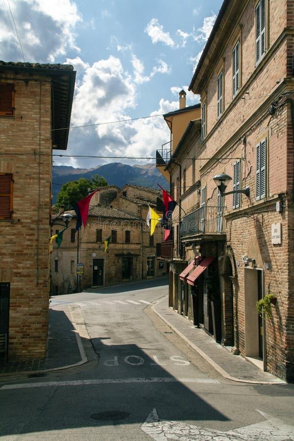 Vila antiga de Sarnano, Itália, Marche Macerata imagem de stock royalty free