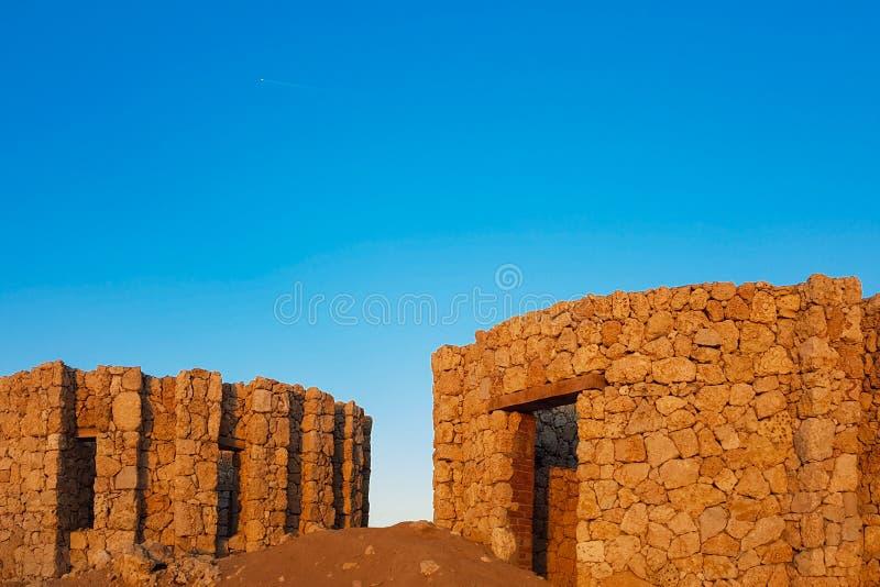 Vila arruinada velha no deserto imagem de stock