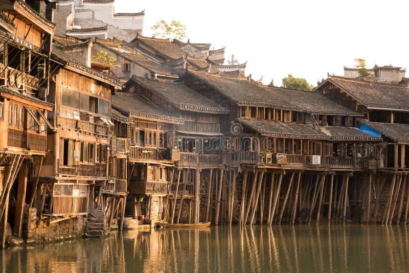 Vila asiática histórica Casas de madeira acima da água Construções chinesas da madeira da arquitetura de Trasitional imagem de stock royalty free